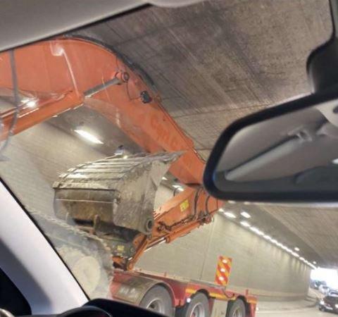 Det ble trang under taket da denne skulle passere gjennom Vinger tunnel, men det var aldri snakk om kontakt mellom ekvipasjen og taket, ifølge transportøren
