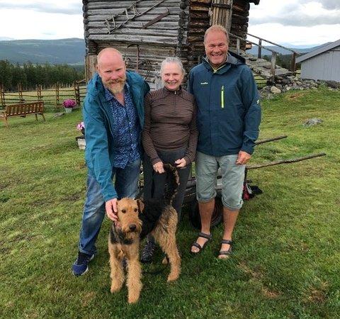 Her står Bessie sammen med Jan Erik og Svein Kjær Rusten, og eier Carol Ann Cortese.