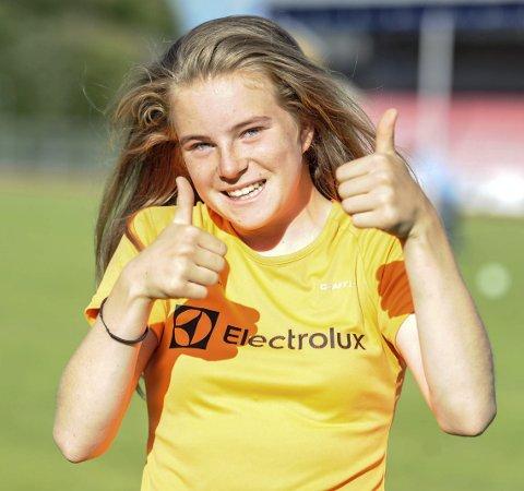 TOMMEL OPP: Henriette Jæger fra Aremark har all grunn til å smile – og vise tomler opp. 14-åringen er blant landets aller beste friidrettsutøvere i sin årsklasse – og det i en rekke øvelser.