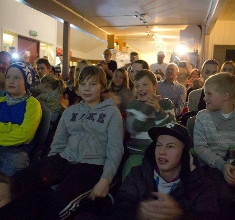 SAMLINGSSTED: Da Agnete vant Stjernekamp samlet folk seg i Trattoria Capri for å se på. Foto: Stian Hansen