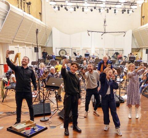 PRØVEDAG MED KORK: Fra venstre Knut Marius Djupvik, Vegard Bjørsmo, Emil Solli-Tangen, Ingeborg Walther og Sandra Lyng. Bak er orkesterleder Jens Wendelboe i Kringkastingsorkesteret.