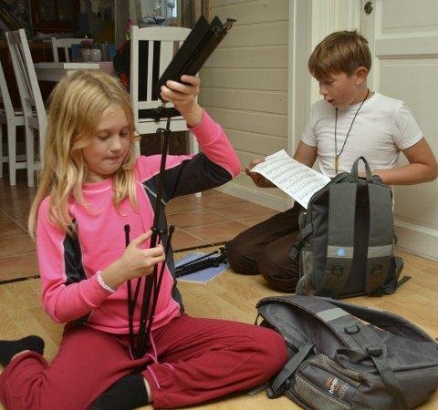 Øvelse: Antonie og Matheus leter frem notestativ og noter, og gjør seg klar til øvelse på kornettene sine.