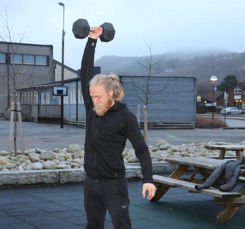 ØVELSER: Dersom man har manualer hjemme er det også flere øvelser man kan gjøre for både skuldre og bein, sier Gundersen.