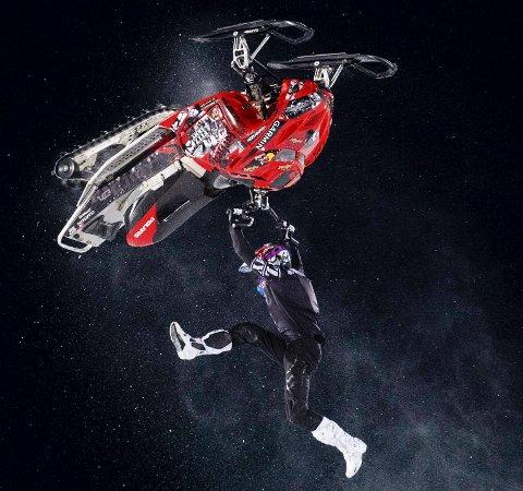 SPEKTAKULÆRT: Daniel Bodin skal ta rundkast med snøscooter i Ranahallen den 24. mai. Her i aksjon i X Games i Aspen i januar i år. Foto: Liz Copan