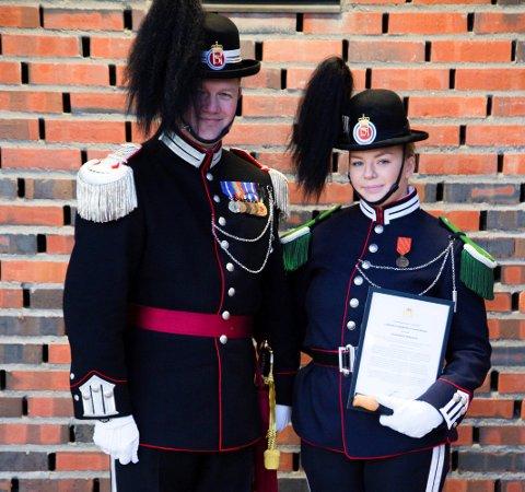 Marthe Evensen Rustad (20) fra Brumunddal var en av seks soldater som ble tildelt Gardesjefens Hederskniv. Til venstre: Gardesjef oberstløytnant Vegard Flom.