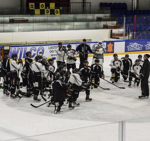 Disiplin: Hockeyspillerne i Panthers tar samling foran hovedtrener Martin Boork. Det er disiplin i rekkene når Panthers trener, men mellom slagene røper spillerne at det er mye humør og moro – også i garderoben. Miljøet i Panthers beskrives som ekstremt godt.