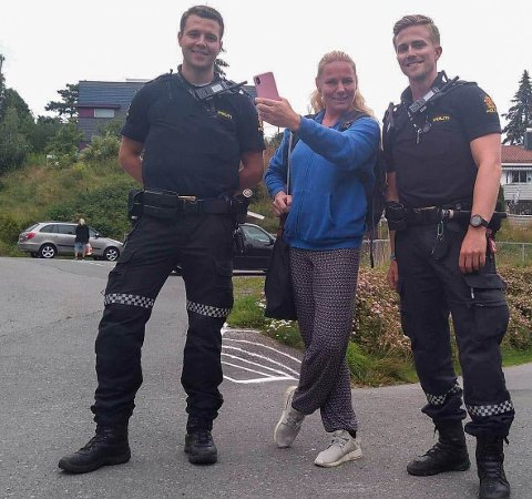 FIKK HJELP PÅ FLEKKEN: Zoey Line Barstad poserer triumferende med politibetjentene Erik og Andreas etter at hun hadde fått igjen telefonen.