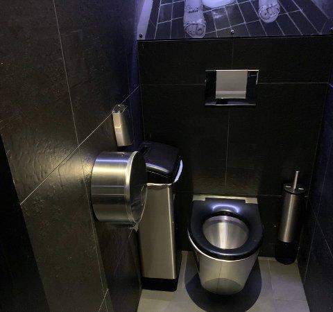 En 24 år gammel sarping er varetektsfengslet i fire uker for å ha tent på inne på dette toalettet på nattklubben Alibi i Fredrikstad tidligere denne måneden og for ytterligere to branner.