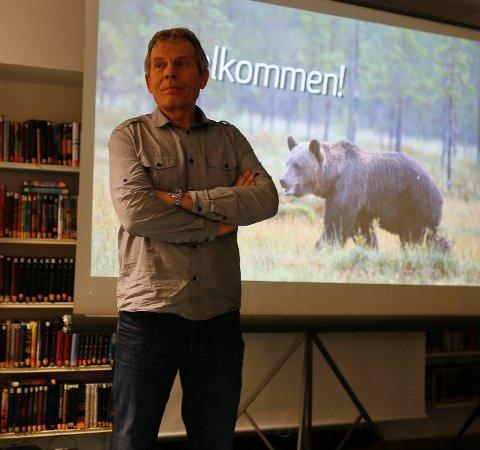 Arne Nævra, naturfotograf og stortingsrepresentant for Buskerud SV, innledet møtet med video og kåseri.
