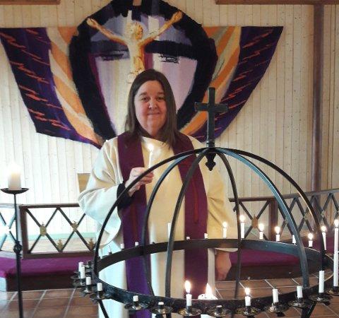 Sokneprest Kristine Inderhaug Fossheim vil gjerne tenne lys i lysgloben i Tingnes kyrkje for folk som ikkje sjølv kjem seg til kyrkje i denne tida.