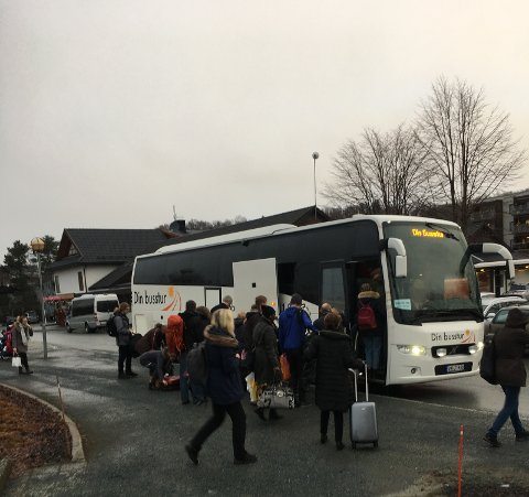 Her flyttes passasjerer som skulle kjørt Rørosbanen, over fra tog til buss på Melhus.