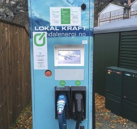 Framtida: Det vil bli flere slike ladestasjoner i framtida. Grønn Kontakts ladestasjon i Sunndal er full av lokal kraft.