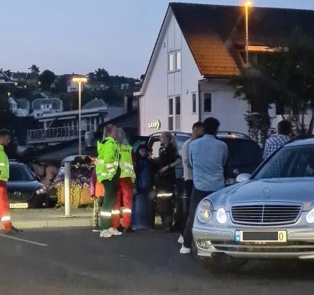 UTRKYNING: Politiet og ambulanse rykket ut til Lasta, ved parkeringsplassen ved banklokalet og Rema 1000.