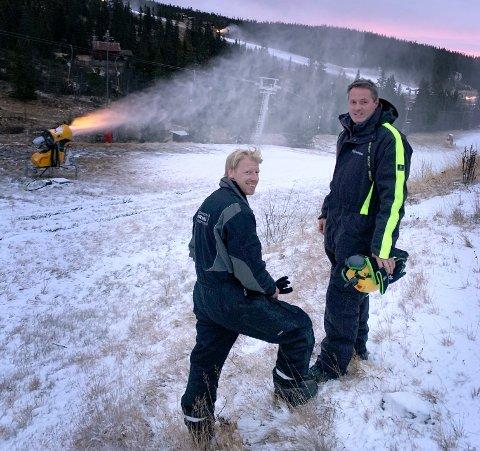 Snøleggingen er i gang for 2019-2020-sesongen på Norefjell. Driftssjef Bjørn Olav Ødegård (t.v.) og Per Høgli ved Norefjell skisenter er naturlig nok fornøyd etter sesongens første snøleggenatt.