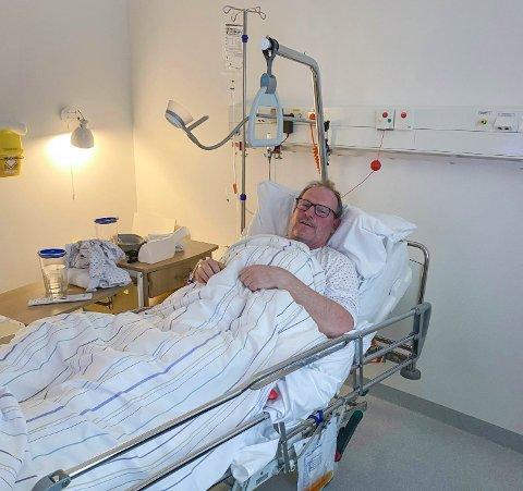 Her ligger Torsnes' mest uheldige mann tirsdag. Bjørn Norum skulle teste skøyteferdighetene. Det endte med lårhalsbrudd. Natt til torsdag ble 50-åringen operert.