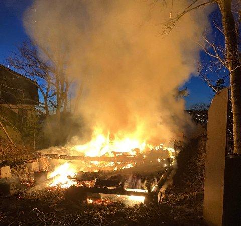 ANMELDES: Her brennes materialer fra en nedrevet hytte uten tillatelse. Bildet ble tatt i 17.00-tiden tirsdag ettermiddag.
