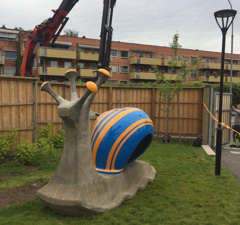 BOGERUD-SNEGLEN: I april ble sneglen i Bogerud gård barnehage hentet til restaurering. Skulpturen har vært et landemerke på Bogerud i rundt 50 år. Foto: Kulturetaten