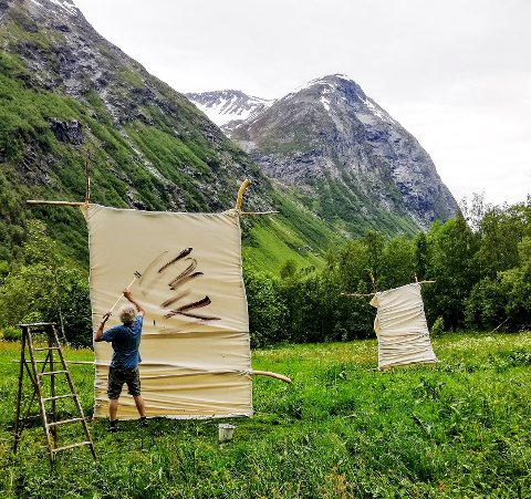 NATUREN: Hvitsten Salong fokuserer på vår kulturelle bevissthet knyttet til den mytiske og mystiske naturen. Her er Olav Ringdal i arbeid.