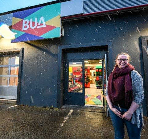 Sofie Helløy utenfor den nye inngangen. BUA har åpnet i nye lokaler på Askeladden i Ranenget.