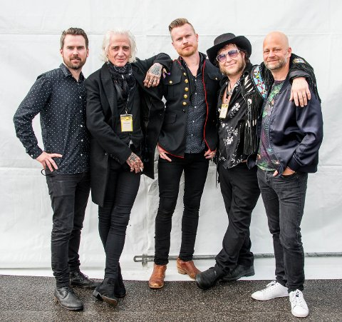 Romerikinger på Blue Mood Records jubileumskonsert, fra venstre Henrik Maarud, Tim «Ledfoot» Scott McConnel, Amund Maarud, Vidar Busk og Martin Windstad.