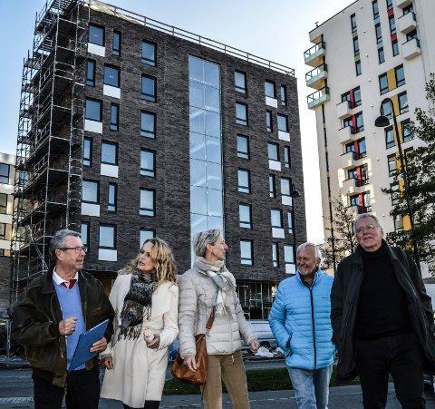 VÅKNET:  – Denne «veggen» mot Kilgata har fått innbyggerne i Sandefjord til å våkne opp, mener f.v. Audun Tjomsland, Elin Syrdahl, Sidsel Hansen, Lars Ove Strat og Svein Ingebretsen.