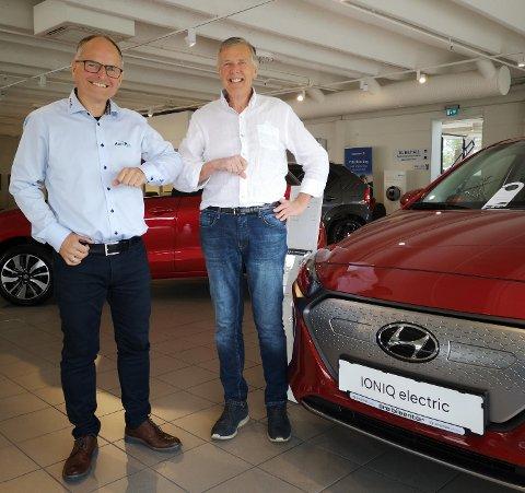 ENIGE: Terje Sildnes og Helge Harstad har blitt enige om overtakelse av firmaet Årø bilsenter AS. Foto: innsendt.