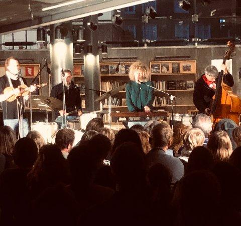 NY SCENE: Regnet satte en stopper for konserten, med blant annet Valkyrien Allstars, i Foynhagen. Da ble løsningen å flytte den til ruinene på biblioteket.