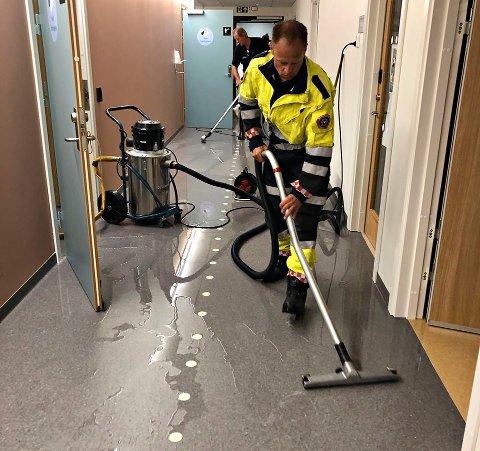 HJALP: Søndag ettermiddag sugde brannmannskapene opp vann i det nye sykehusbygget etter lekkasje fra taket.