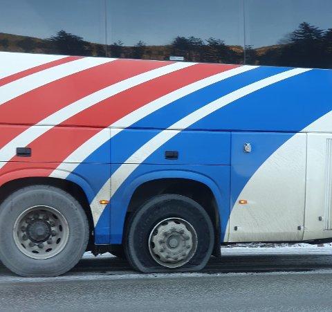 PÅ FELGEN: Sørgående ekspressbuss står på felgen i Begnadalen. Driftsavdelingen hos Vy Buss, som administrerer denne avgangen, opplyser at de jobber med saken og at passasjerene må påregne noe forsinkelser.