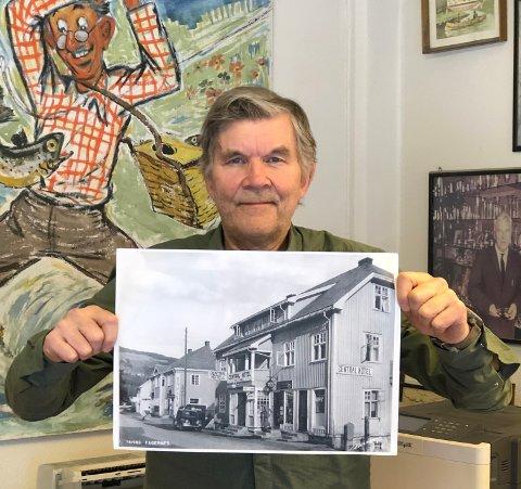 GAMLE FOTO: Per Herman Isachsen med et av de gamle bildene fra Fagernes som blir vist fram under byvandringa i forbindelse med byfesten.
