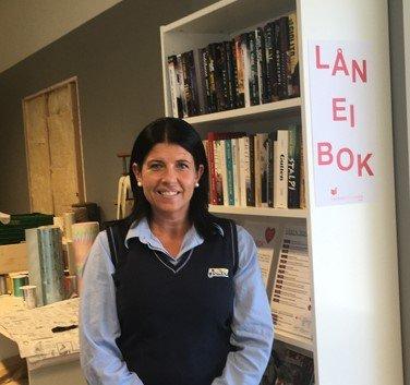 Butikksjef Monica Litangen er godt fornøyd å få ei utlånshylle for bøker i nærbutikken.
