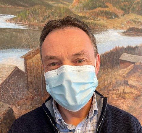 Ordfører Knut Arne Fjelltun orienterer torsdag kveld om at kommunen på det sterkeste oppfordrer befolkningen til å bruke munnbind.