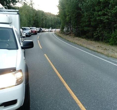 Trafikken er stanset i begge retninger i forbindelse med redningsarbeidet.