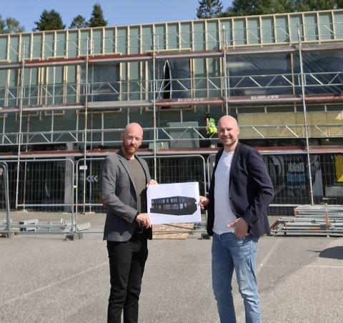 Tomas Gerhardsen (tv) og Morten Grønbech (th) foran butikken i Stabburveien 10 som nå bygges om til en konseptbutikk for Svane Kjøkkenet. (Foto: Svane Kjøkkenet)