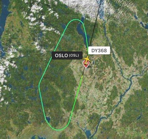 Her snur DUY368-flyet og returnerer til Gardermoen etter at det traff en fugl mandag kveld.