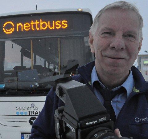 ANSATT: Roger Jenserud har gått fra å være selvstendig næringsdrivende til å bli ansatt som bussjåfør. Det har bidratt til mindre inntekt.