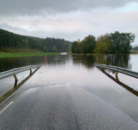 FLOM: Sørsivegen ble oversvømt etter mye nedbør natt til tirsdag. Ordfører Per Olav Tyldum vil jobbe for å få på plass flere tiltak som sørger for at veger ikke blir stengt ved mindre flommer.