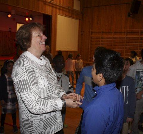 POPULÆR ORDFØRER: Det er populært å ha ordføreren på skolebesøk, og mange elever ville gjerne hilse på og hadde spørsmål hun kan ta med seg tilbake til Rådhuset.