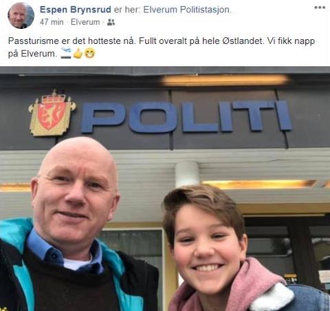 LA UT BILDE: I kjent turiststil tok de en selfie foran Elverum politistasjon.