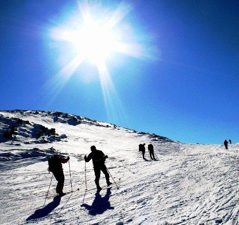 SKREDFARE: Skredfaren er på nivå tre i Troms, som tilsvarer betydelig skredfare. Varsom.no ber folk om å gå ut tidlig på tur når sola står på.