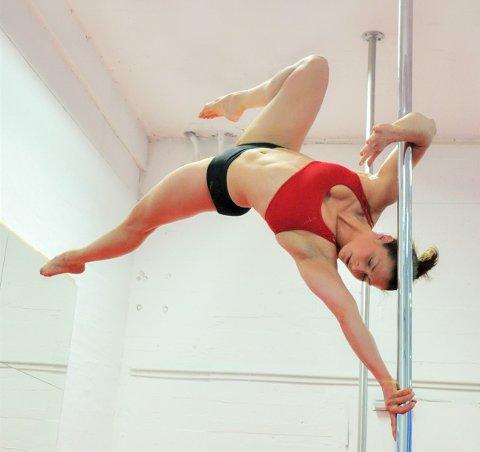 STARTET SOM TURNER: Elise Dahl Hansen mener turn og poledance har mye til felles. Den tidligere landslagsturneren konkurrerer fortsatt i ny og ne i turn