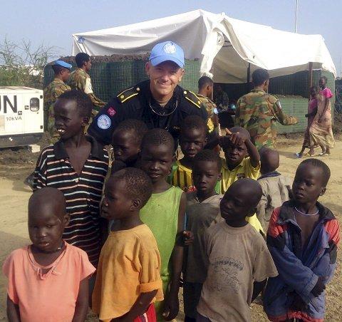 BARNEPASSER: Mathias Engebakken fra Fluberg hadde god kontakt med barna i leiren. Nå håper han              mange vil være med å støtte årets TV-aksjon, som blant annet støtter kjøp av medisinsk utstyr til Sør-Sudan. Foto: Privat