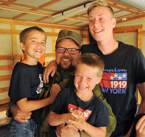 Hans Solbrekken Ruud hadde barna med seg på standplass da han vant bronse i militært NM. Mikael (t.v), Oskar (i fanget) og Daniel Nyseth.