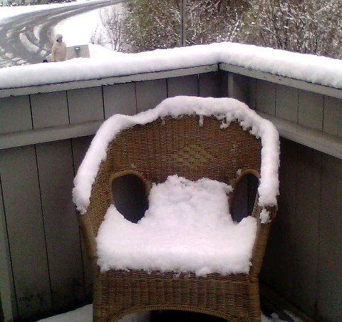 IKKE VÅRIDYLL: Det var ikke morgenkaffe på terrassen som fristet i Lardal mandag morgen. Noen måtte ta frem snøskuffa igjen i indre deler av Vestfold.