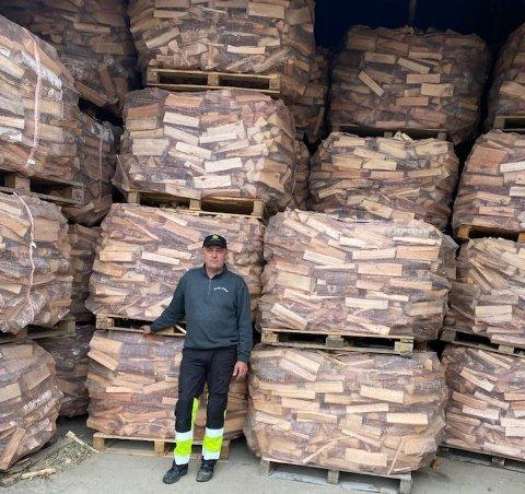 Vedprodusent Rolf-Henning Sørby i Trøgstad tror han har ved nok til sine kunder utover vinteren.