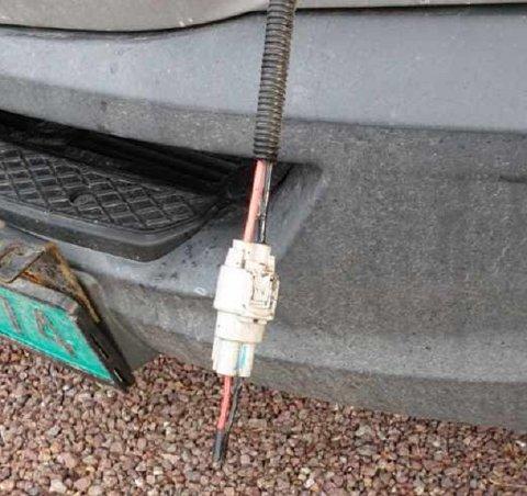 TYVERI: Denne ledningsstumpen er alt som er igjen etter at tyver stjal LED-baren fra bilen til Bendik Hofstad.