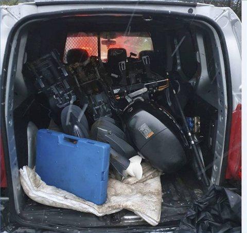 Bak i varebilen fant politiet fire motorer som de mistenker er stjålet fra Askøy.