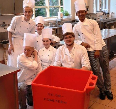 HEKTISK, MEN LÆRERIKT: RMA førsteklasse ved restaurant- og matfag ved Mo og Øyrane vidaregåande skule i Førde har fått hjelp av norskelevar ved vaksenopplæringa til produksjon av silda til sildebordet i år.