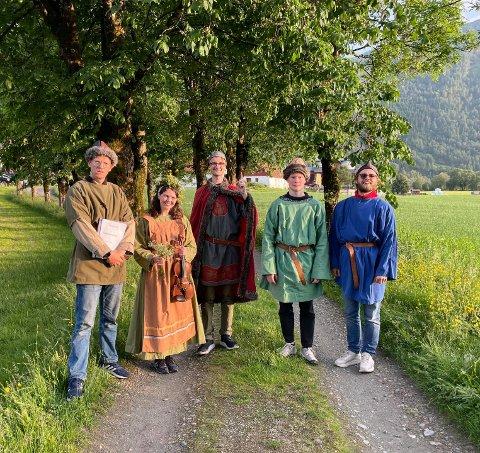 Her er gjengen som satt opp sitt eige spel ein junikveld på Osen gard. F.v: Magnus Waaler, Ingrid Nedrebø, Peder Haugfos, Mads Maastad og Morten Nordaas