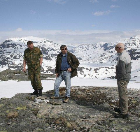 Minnested: Bildet viser steinkorset hvor Pål M Pålson falt den 14. mai 1940 på Næverfjell. På bildet står oberstløytnant Stig M Hagen, Oddmar Fedreheim og krigsveteran Ivan Vanje på stedet under et besøk i 2014.foto: narviksenteret